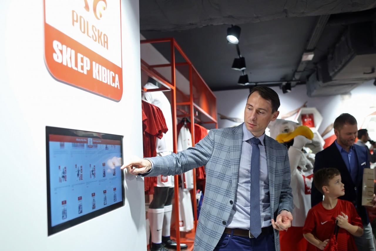 f8c4424f8 O 14:00 w sklepie pojawił się długo wyczekiwany gość specjalny – prezes  Polskiego Związku Piłki Nożnej Zbigniew Boniek. Przywitało go kilkuset  kibiców, ...